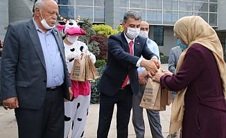 Gölbaşı Belediyesi süt dağıttı