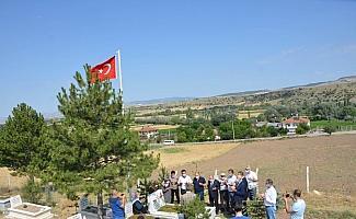 Türk-İş heyeti şehit kabrini ziyaret etti