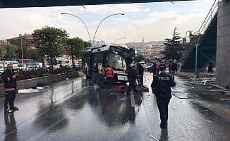 Ankara'da belediye otobüsü üst geçit asansörüne çarptı.