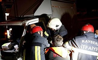 Kayseri'de aydınlatma direğine çarptığı aracında sıkışan sürücüyü itfaiyeciler kurtardı