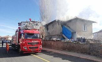 Tomarza'da çıkan yangında bir ev kullanılamaz hale geldi