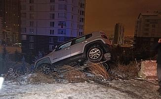 Ankara'da otomobil asılı kaldı, içindeki 2 kadın kurtarıldı