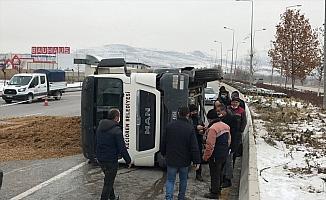 Ankara'da freni boşalan hafriyat kamyonu refüje çarparak devrildi: 1 yaralı
