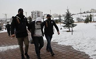 Sivas'ta şantaj yaptıkları ileri sürülen 4 şüpheliden 3'ü tutuklandı