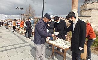 Alperen Ocakları, Muhsin Yazıcıoğlu ve beraberindekiler anısına resim sergisi açtı, lokum dağıttı