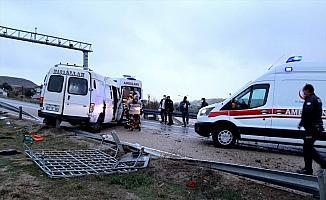 Kırıkkale'de bariyerlere çarpan minibüs devrildi: 1 ölü, 7 yaralı