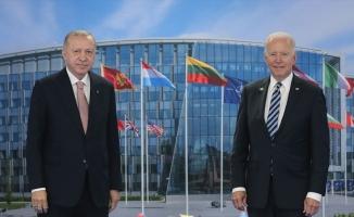 Cumhurbaşkanı Erdoğan NATO Zirvesi'nde liderlere 'Türkiye'nin Terörizmle Mücadelesi' kitabını takdim etti
