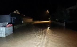Düzce'de sağanak dereleri taşırdı, çok sayıda evi su bastı