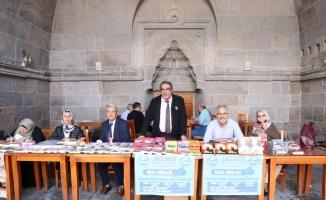 Şair ve yazarlar tarihi Hunat Medresesi'ndeki imza gününde bir araya geldi