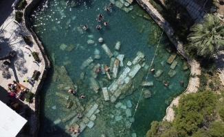 Pamukkale'de 36 derecelik sıcaklığa sahip antik havuz sıcak havada da ilgi görüyor