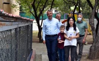 Vali Sezer, sevgi evlerinde kalan çocuklarla futbol oynadı