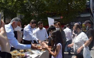 AK Ankara İl Gençlik Kolları vatandaşlara aşure ikram etti