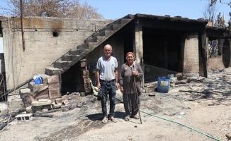 Orman yangınında evlerini kaybeden yaşlı çift, hayvanlarının da alevlerden etkilenmesinin üzüntüsünü yaşıyor