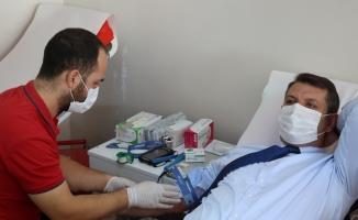 Sivas Valisi Salih Ayhan ve Belediye Başkanı Hilmi Bilgin, kan bağışında bulundu