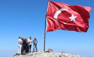 Ilgaz'ın zirvesindeki bayrak nöbetini 24 metrekarelik bayrakla sürdürdü