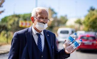 Yaklaşık 50 yıldır kravatını çıkarmayan yol kenarındaki sıra dışı su satıcısı