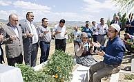 Türk-İş heyeti 15 Temmuz şehidinin mezarını ziyaret etti