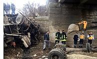 Yozgat'ta kamyon dereye devrildi: 1 ölü