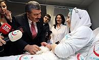 Bakan Koca, İstanbul'da yeni yılın ilk bebeğini ziyaret etti