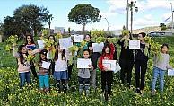 Öğrencilerden 'Türkiye'de kar, Antalya'da bahar. İyi tatiller' mesajı