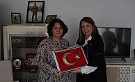 Şehit eşi için işlediği bayrağı Milletvekili Günay'a hediye etti