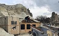 Kapadokya'da peribacaları yakınındaki yapıların yıkılması