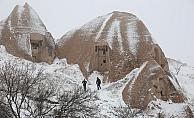 Baharda yağan kar Kapadokya'da güzel görüntüler oluşturdu