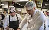 Rektör Prof. Dr. Çomaklı pişirdiği makarnayı öğrencilerle paylaştı