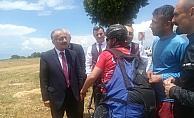 Başkan Bayındır yamaç paraşütçüleriyle buluştu