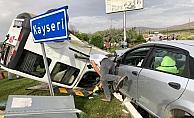 Hafif ticari araçla otomobil çarpıştı: 2 yaralı
