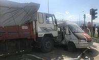 Konya'da minibüs ile kamyon çarpıştı: 13 yaralı