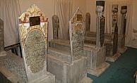 Türbedeki mezar taşlarının dili
