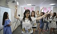 YEE yaz okulu öğrencileri Türk halk oyunlarını öğreniyor