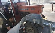Ön tekeri bariyere sıkışan traktörü itfaiye kurtardı