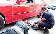 Otomobilin altına sıkışan köpeği itfaiye kurtardı