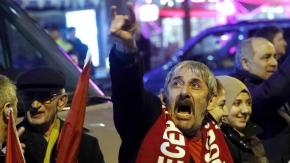Hollanda'daki Türkler'in polisleri püskürttüğü an