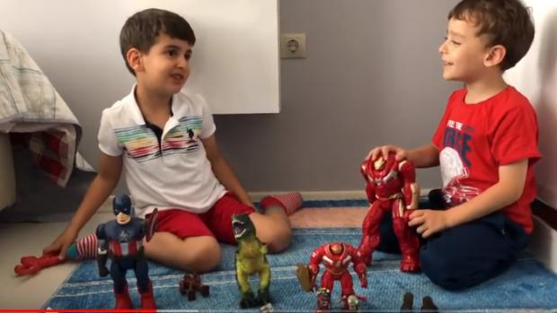 Mehmet Ali ile Yusuf Sancar Plants & Zombies ve Marvel oyuncaklarıyla oynuyor